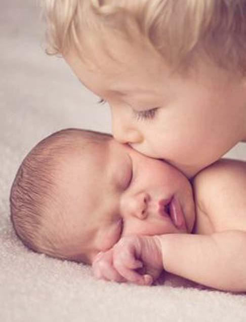 5 TIPS OM JE KIND TE HELPEN DE NIEUWE BABY TE VERWELKOMEN